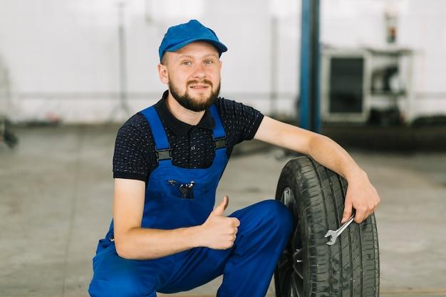 修理士とガレージのタイヤ