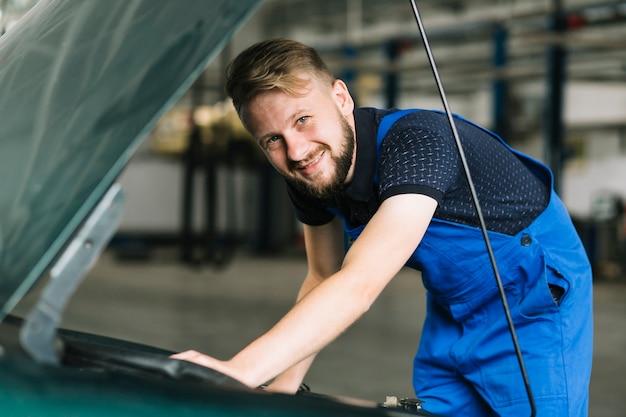 ガレージで車を修理する修理士
