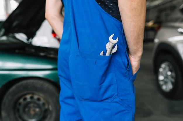 修理士のポケットにあるレンチ