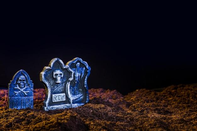 栗色のグラウンド上の青と墓石