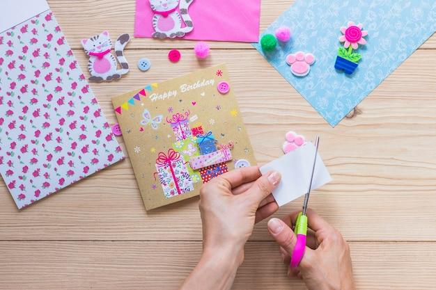 誕生日お祝いカードを作る人のクローズアップ