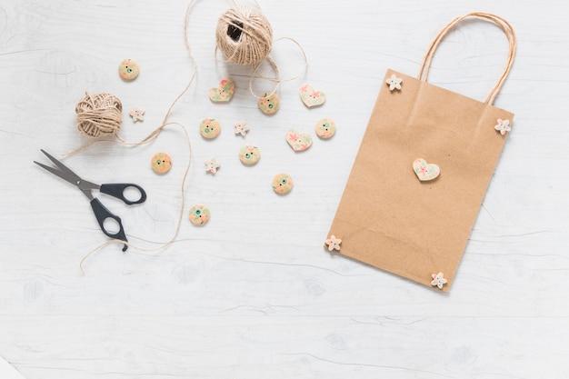 木製のボタンで飾られたショッピングバッグ