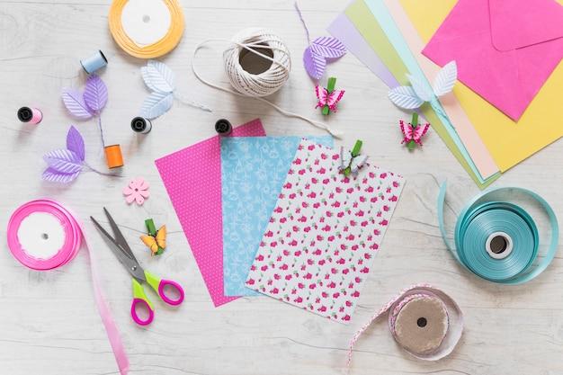 Скрапбукинг поздравительных открыток с декоративными элементами на белом текстурированном фоне