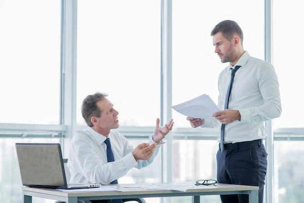 ビジネスマンとの現代オフィス構成