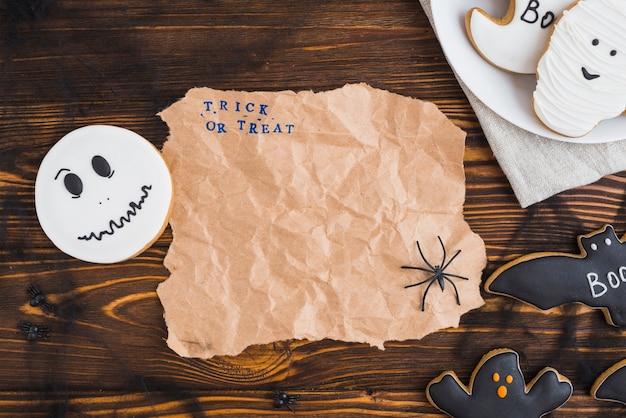 Пряники для хэллоуина, расположенные вокруг ремесленной бумаги