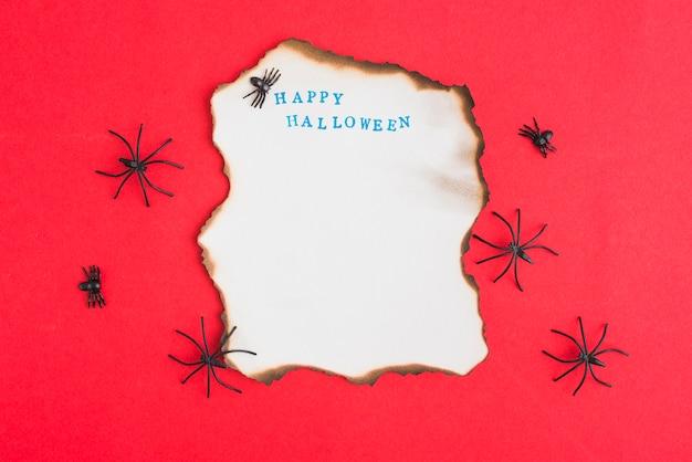 Украшение пауков вокруг горящей бумаги