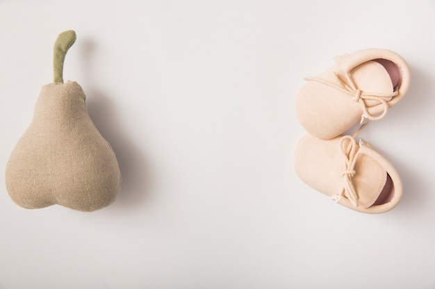 ぬいぐるみと白い背景で靴のペア