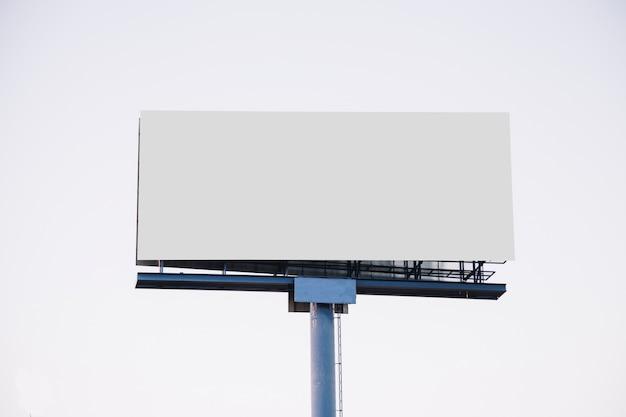 白い背景にある新しい広告のためのブランクの広告掲示板