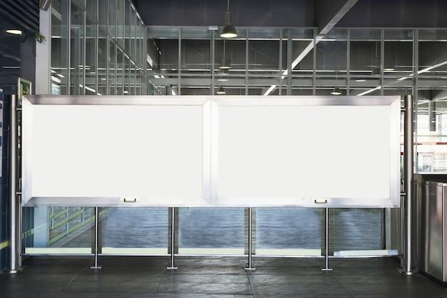 Белые рекламные щиты в комнате