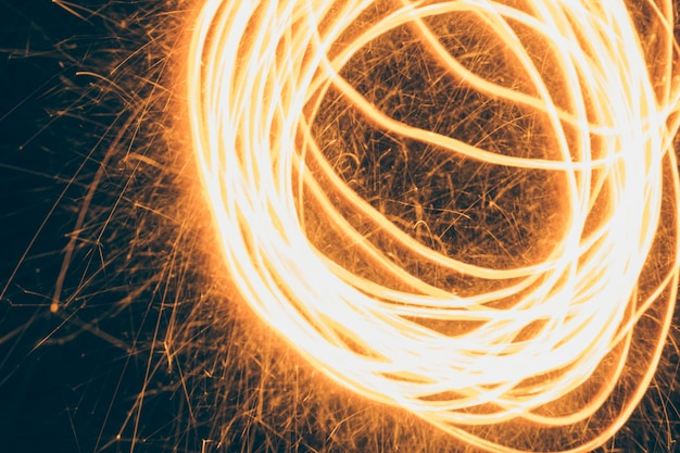 黒背景に渦巻く火の効果