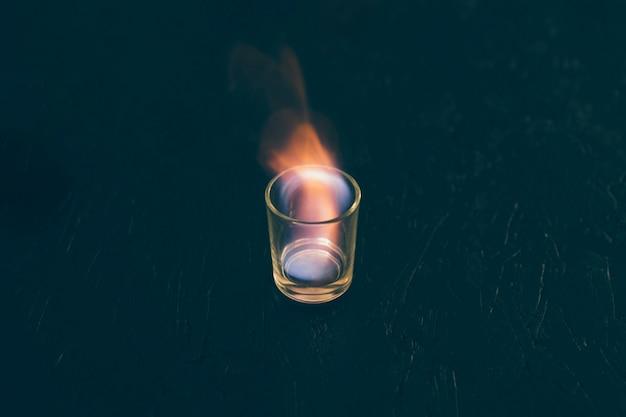 炎上のテキーラガラスのショット