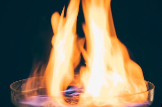 Крупный план горящего напитка с огненным пламенем