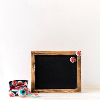 黒板の近くのハロウィーンのキャンディ