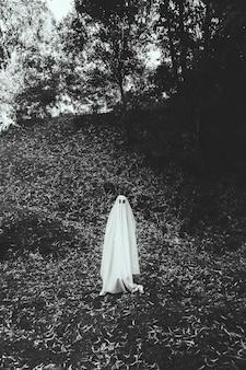 Человек в костюме призрак в парке