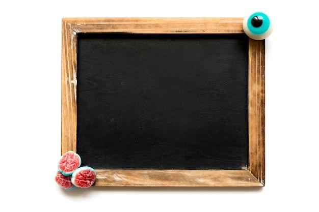 ハロウィーンのお菓子を黒板に