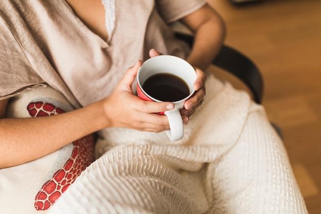手、コーヒー、カップ、女の子、クローズアップ