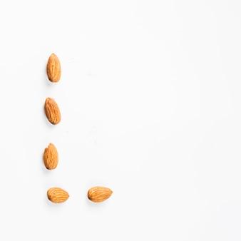 アーモンドナッツが白い背景で分離