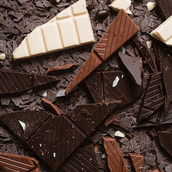 クローズアップ、暗い;茶色と白のチョコレート片