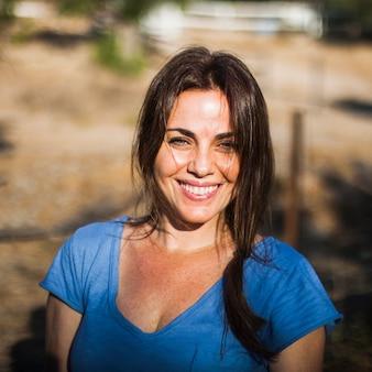 屋外で笑顔の女性の肖像
