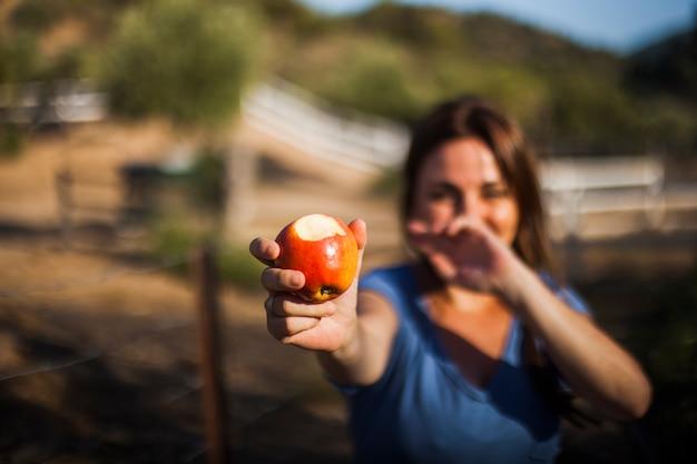 赤、リンゴ、食べた、見る、女性、クローズアップ