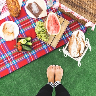 女性、足、クローズアップ、ピクニック、スナック、ブランケット