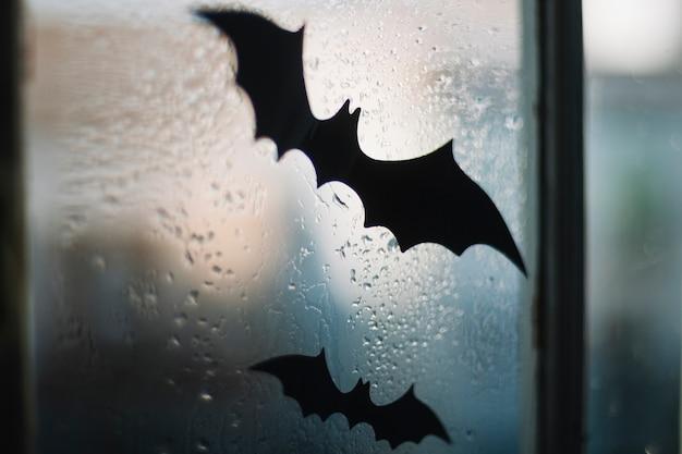 窓のハロウィーン紙のコウモリ