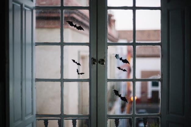 小さなハロウィンの紙箱は窓に