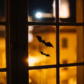 ハロウィンの紙箱が窓に貼り付けられています