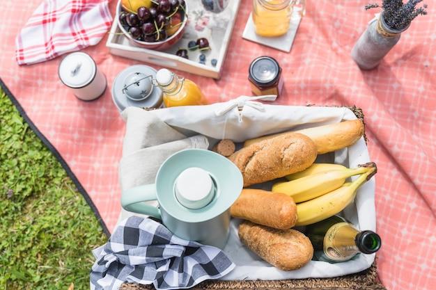 Крупный план корзины для пикника на одеяле
