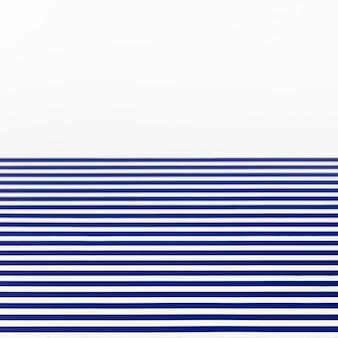 白い背景に青い縞