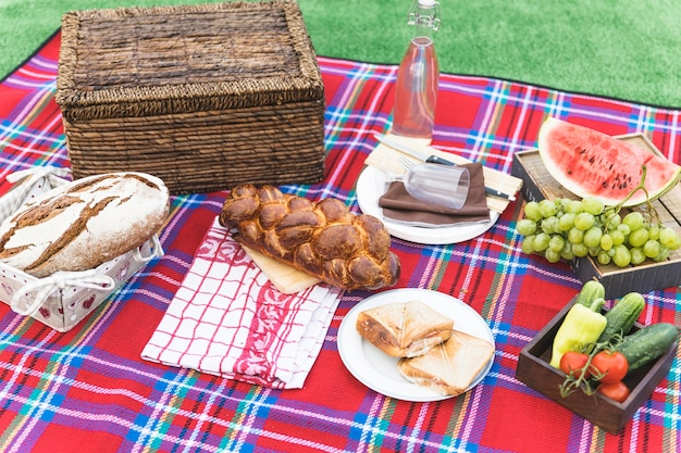 屋外でジューシーなフルーツと新鮮なパン