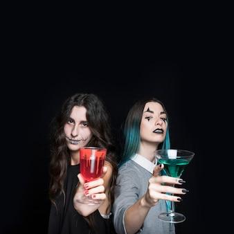 飲み物を持つ不気味な若い女性