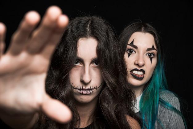 Громкие молодые женщины с макияжем хэллоуина