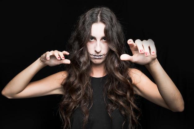 Зловещая девушка с каштановыми волосами