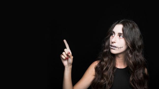 Красивая молодая женщина с пугалом макияж
