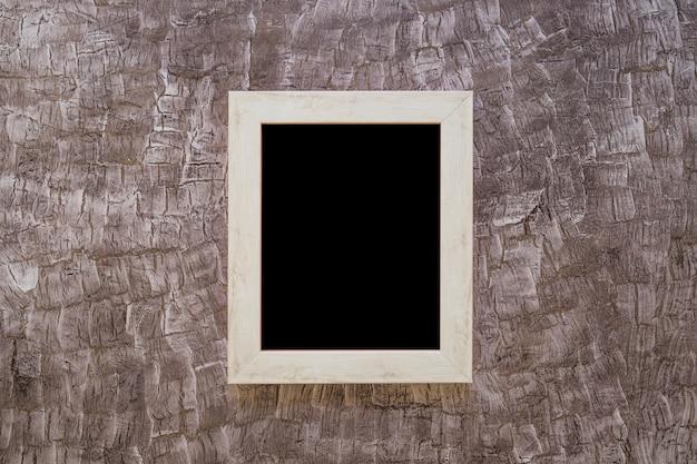 塗装されたデザインの壁に黒の額縁