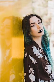 トレンディなゴシックな黒のメイクアップと若い女性の肖像画