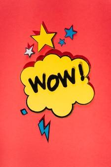 鮮やかな赤い背景に漫画の効果の演説の泡