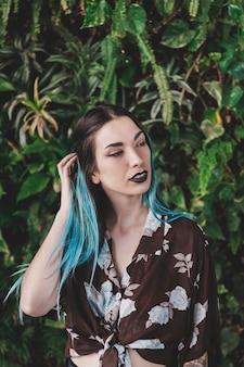 ゴシック様式のメイクを持つスタイリッシュな若い女性の肖像