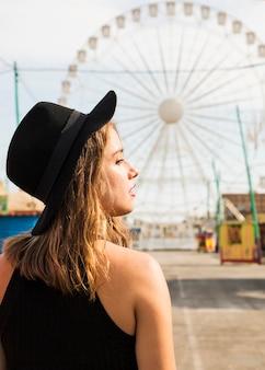 遊園地の若い女性の側面図