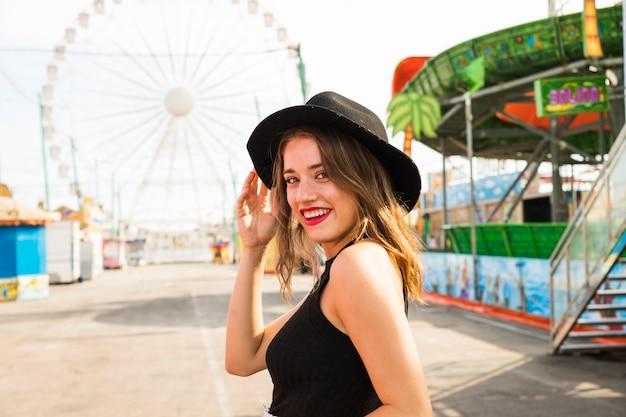 遊園地で楽しむ笑顔の若い女性