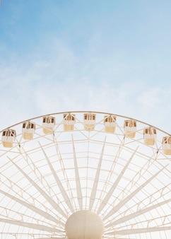 青い空に対する大きな巨大な車輪の低い角度のビュー