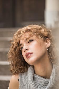 短い縮毛の魅力的な女性