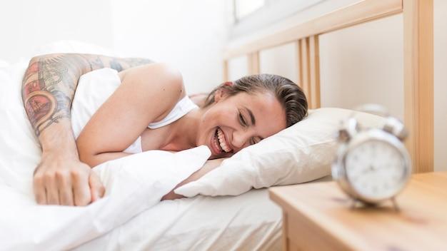 ベッドに横たわっている若い夫婦
