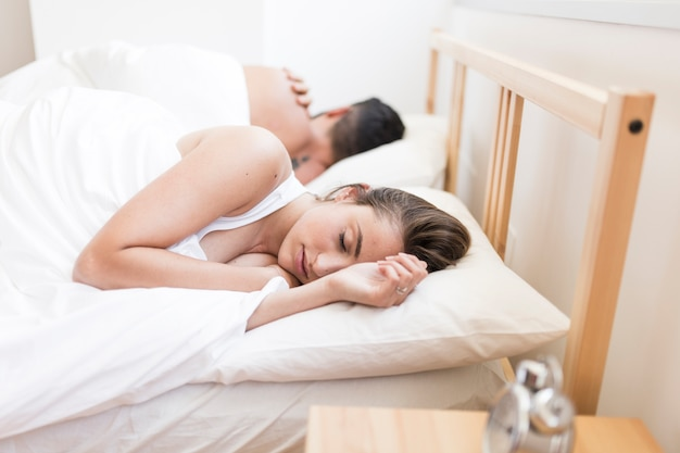 Пара спать на кровати