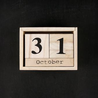 黒の背景に日付の木製ボックス