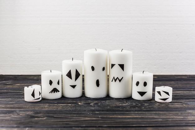 Свечи, украшенные для хэллоуина