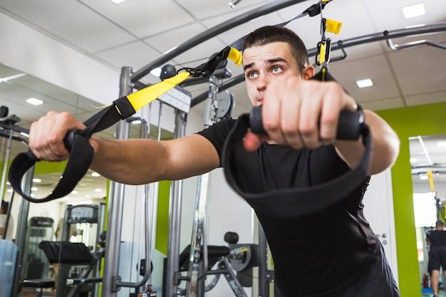 ジムでの健康な男のトレーニング