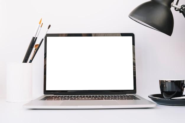 技術的な装置を備えた現代のオフィスデスク構成