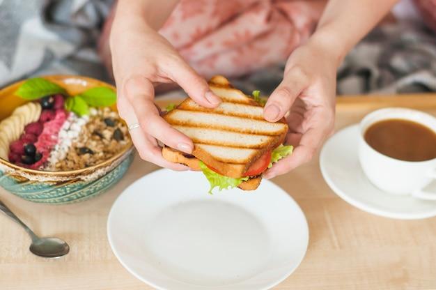 女性、手、サンドイッチ